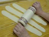 Proužky válečkem důkladně rozválejte do podoby dlouze oválných tenkých plátků a...