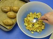 Ve slupce upečené horké brambory nakrájejte na kostky a vidličkou je jemně...