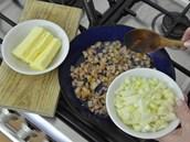 V p�nvi�ce vy�kva�te slaninu, p�idejte nadrobno nakr�jenou cibuli, orestujte ji...