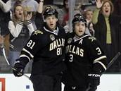 JE TAM GÓL.  Tomá� Vincour (vlevo) a Stephane Robidas slaví branku Dallasu.