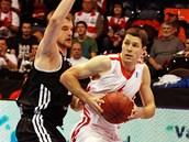 Nymburský basketbalista  Petr Benda  (vpravo) v utkání s Rigou.