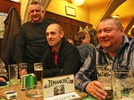 Štamgasti v pivnici na krnovském Hlavním náměstí se těší z výhry Miloše Zemana.