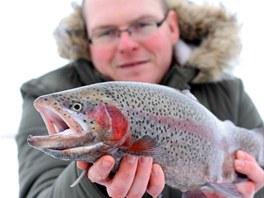 Radek Filip s pěkně vybarveným duhákem zdolaným na tenkém ledu