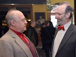 Bývalý ministr zahraničí Jan Kavan (vlevo) se baví 26. ledna s exministrem