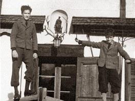 Karel Schwarzenberg (vlevo) s mladším bratrem Bedřichem po útěku rodiny do...