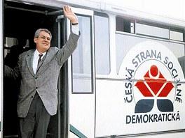 V druh� polovin� 90. let autobus vozil Milo�e Zemana po republice p�i