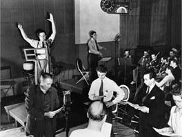 Orson Welles vede zkoušku rozhlasové hry Válka světů (premiéru měla 30. října 1938).
