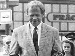 Prezident V�clav Havel na n�v�t�v� v Plzni roce 1990. Spolu s velvyslankyn� USA