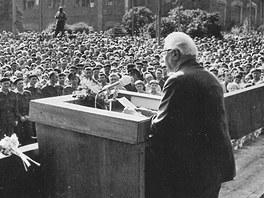 Prezident Ludvík Svoboda v Plzni v roce 1968. Projev na nádvoří Škodovky.
