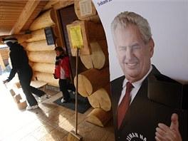 Na dřevěném srubu v Osvětimanech vyvěsil jeho majitel Vratislav Mynář jeden z