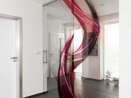 Výrazný grafický motiv byl použitý na posuvné skleněné dveře (Grafosklo).