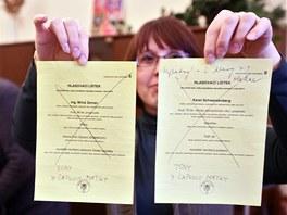 Druhé kolo prezidentských voleb. Do jedné obálky hodil přeškrtnuté lístky obou