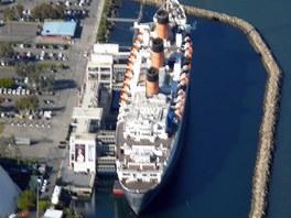 Loď Queen Mary slouží od roku 1967 hotel u břehů Long Beach. Za sebou má