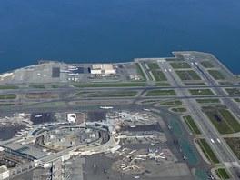 Letiště SFO. Celkový pohled na terminály, stojánky a dráhy. Ročně SFO odbaví