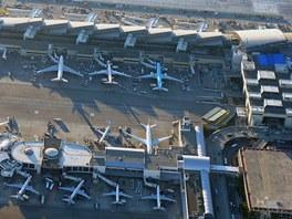 Letiště Los Angeles International (LAX) – detail stojánek a terminálů. LAX je