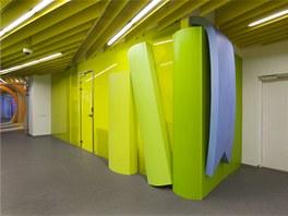 Zářivé barvy mají za úkol návštěvníky i zaměstnance rozveselit a dobře naladit....