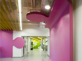 Kanceláře největšího internetového vyhledávače Yandex září barvami.