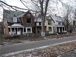 V Detroitu jsou celé opuštěné čtvrti, a to především v příměstských oblastech. O zdejší prázdné nemovitosti nemá nikdo zájem. Město odpojilo ulice od veřejného osvětlení a vypnulo přívod vody a elektřiny. Jediným řešením pro opuštěné rodinné domy a školy je demolice.