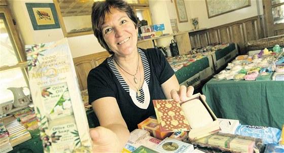 Marta Slov��kov� vystavuje m�dla z r�zn�ch kout� sv�ta na hospodsk�ch stolech v