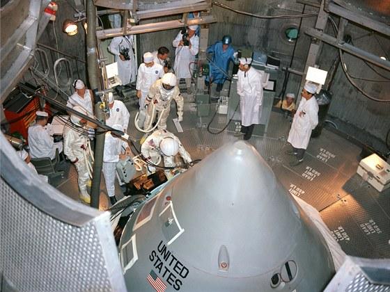 Posádka pro první let Apollo se dlouhodobě připravovala. Tento záběr z nácviku