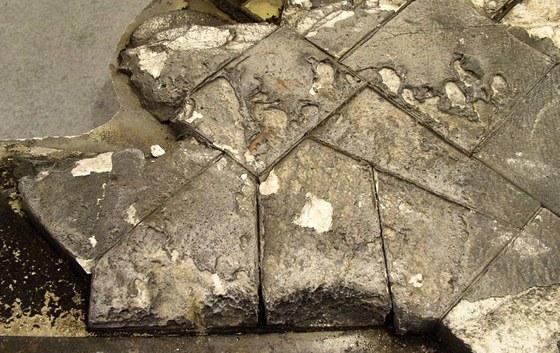 Dochovaná část rozpadlého levého křídla s tepelnou ochrannou a krytem podvozku.