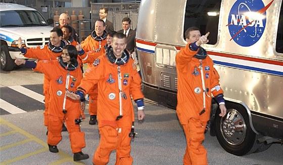 Posádka Columbie před nástupem do autobusu Astrovan, který je odvezl k rampě