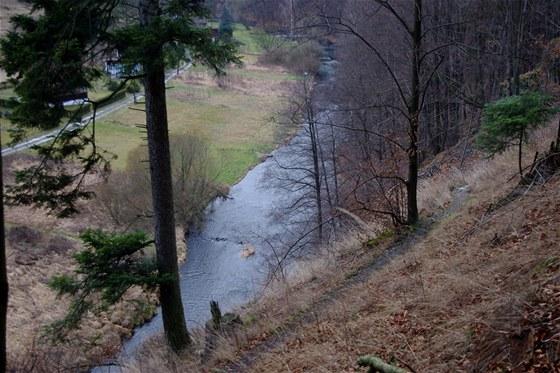 Kozí stezka nad řekou