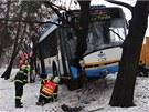 Nehoda autobusu v Ostravě-Martinově. Po kolapsu řidiče narazil do stromu. (30.