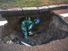 Pracovník vodáren při opravě havárie na Olomoucké ulici v Opavě. (31. ledna