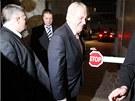 Miloš Zeman přichází v doprovodu ochranky na jednání předsednictva Strany práv