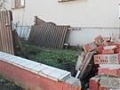 Vítr strhl plot u domu v královéhradecké čtvrti Kukleny (31. 1. 2013)