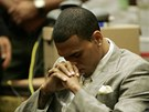 Chris Brown u soudu kv�li zml�cen� p��telkyn� Rihanny (2009)