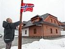 Majitel penzionu ve Vlachovicích Roman Hančík vyvěšuje norskou vlajku. Právě