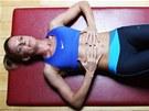 2. cvik: Správné dýchání, kterým aktivujeme bránici  a t�lesné jádro. Pokud se...
