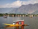 Pohled na jezero z hlavního šrínagarského bulváru