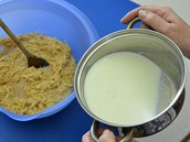 V kastrólku svařte mléko a bramborové těsto s ním přelijte a spařte. Opět vše...