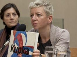 Helena Musilov� p�edstavuje katalog ke Kupkov� v�stav� Cesta k Amorf�.