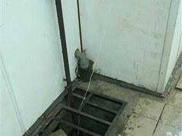Veden� odpadu z kuchyn� je p��mo na fas�d� domu. V zim� hroz� zamrznut� veden�...