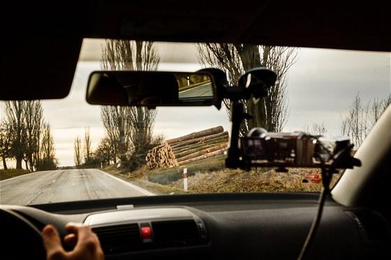 Vytěžené dřevo složené u cesty, kde do něj může kdokoliv narazit. A kolem další