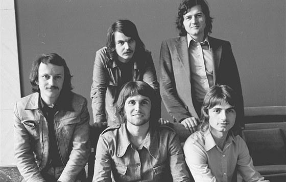 Fotografie členů kapely Jana Sochora z roku 1974. Zleva Jan Sochor, Bob Frídl,