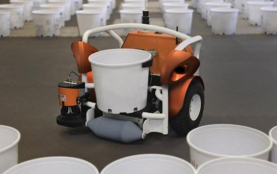 Robot firmy Harves Automation p�i zkou�k�ch.