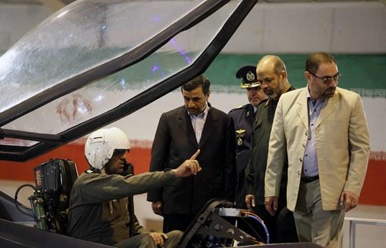 """Pilot ze svého """"bidélka"""" dost možná vysvětluje íránskému prezidentovi, jaké to"""