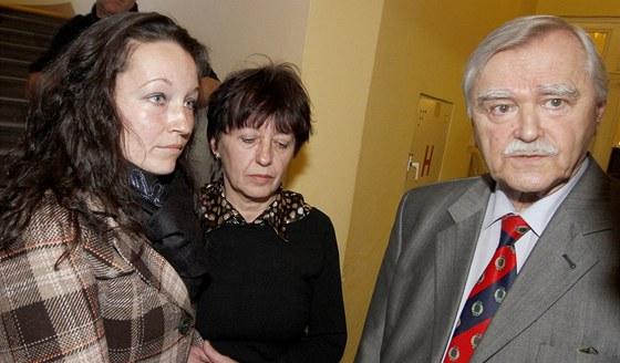 Olga Rotreklová s dcerou a jejich advokát Karel Friml (18. ledna 2012)