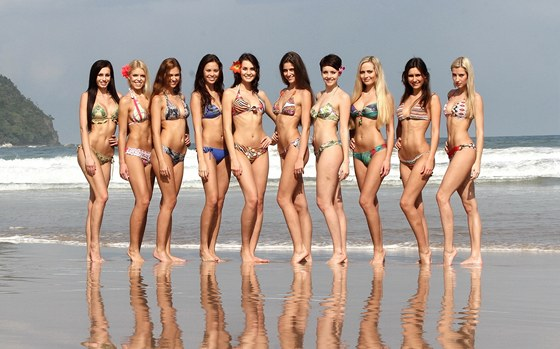 Deset finalistek si u��valo slunce a mo�e na pl�i Sabang.