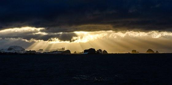 Dramatickou oblohou nás vítají Jižní Shetlandy.