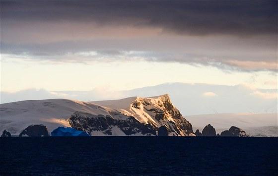 Plovoucí kra modrého ledu – vzácná forma ledu s minimem vzduchových bublinek