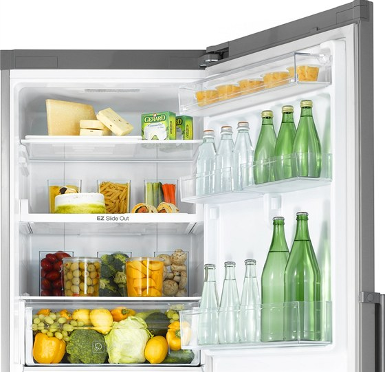 Nová kombinovaná chladnička s mrazákem dole (RB31) nabízí poličky Easy Slide,