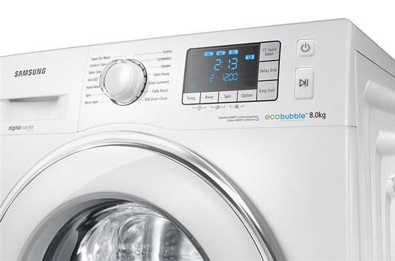 Do pračky můžete dát osm kilogramů prádla.