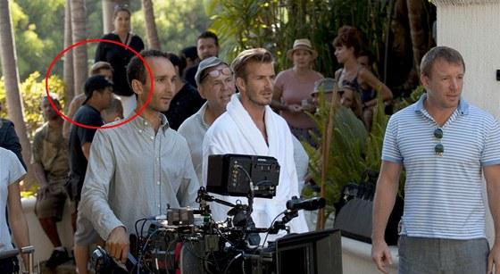 David Beckham a Guy Ritchie při natáčení reklamy pro H&M. V pozadí vidět