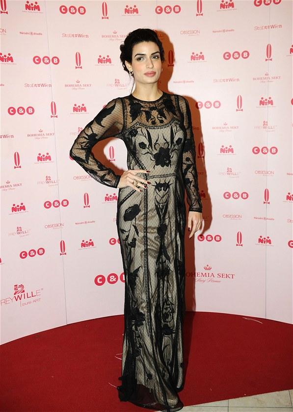 Ples v Opeře 2013 - Bond girl z filmu Skyfalll Tonia Sotiropoulou